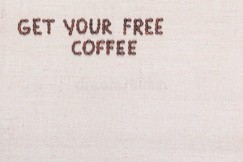 Wiadomo?? Dostaje tw?j bezp?atn? kaw? pisze z kawowymi fasolami, wyr?wnywa? przy odg?rny lewym obraz stock