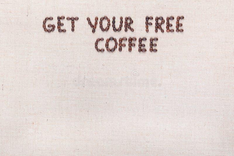 Wiadomo?? Dostaje tw?j bezp?atn? kaw? pisze z kawowymi fasolami, wyr?wnywa? przy wierzcho?kiem obraz royalty free