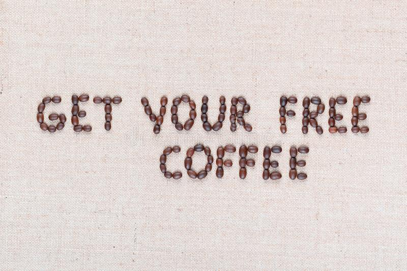 Wiadomo?? Dostaje tw?j bezp?atn? kaw? pisze z kawowymi fasolami, wyr?wnywa? w centrum, zbli?enie obrazy stock