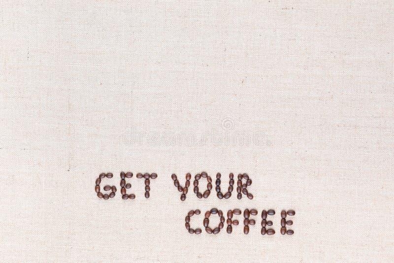 Wiadomo?? Dostaje tw?j kaw? pisze z kawowymi fasolami, wyr?wnywa? przy dnem obraz royalty free