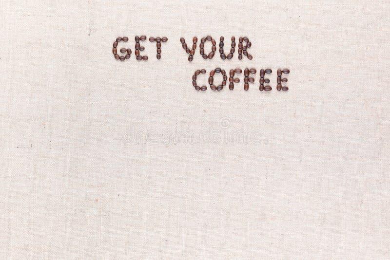 Wiadomo?? Dostaje tw?j kaw? pisze z kawowymi fasolami, wyr?wnywa? przy wierzcho?kiem obrazy royalty free