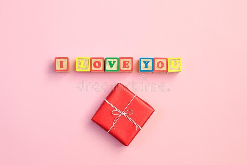 Wiadomość kocham ciebie literującego w drewnianych blokach podpisuje dla związków romans, miłość i walentynka dzień, zdjęcie stock