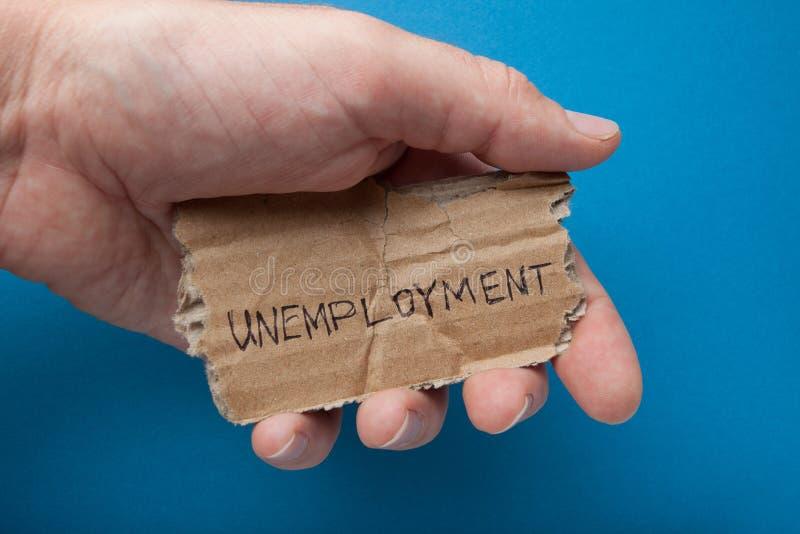 Wiadomość na starym drzejącym kartonie w jego ręce, w górę bezrobocie obraz royalty free