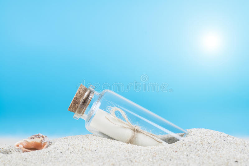 Wiadomość w butelce na piasku th plaża obrazy royalty free