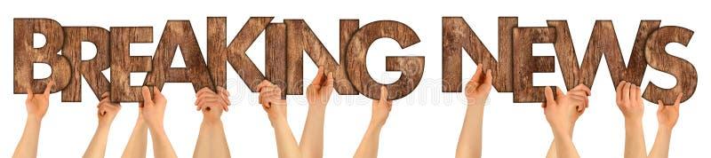 WIADOMOŚCI DNIA ludzie trzyma up drewnianego drewnianego dębowego nieociosanego drewnianego le zdjęcie stock