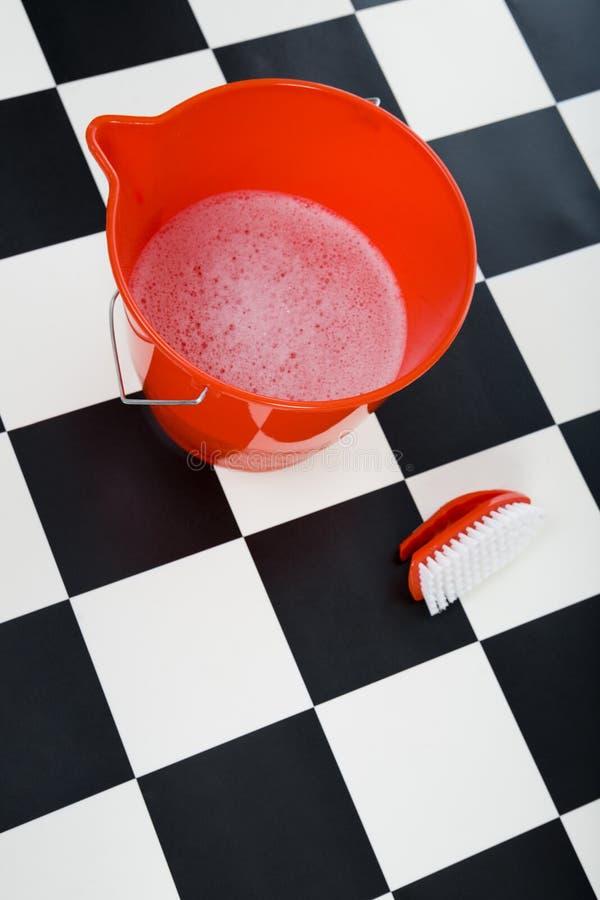 wiadra szczotkarskiego spienione szorowania wody. fotografia stock