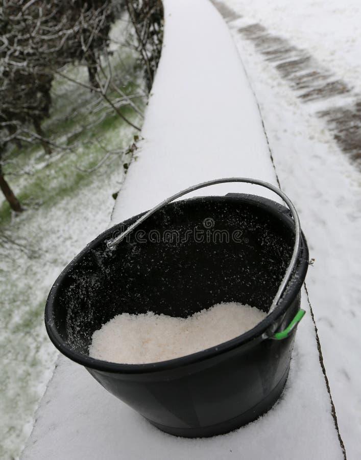 Wiadro z solą używać topić lód i śnieg fotografia stock