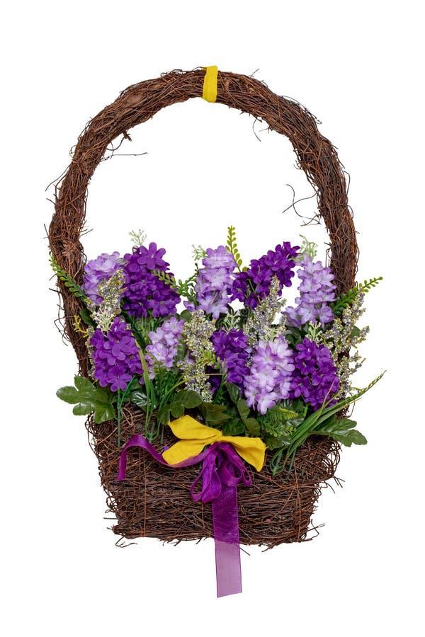 Wianek dekoracji tło W górę wianek dekoracji na domowym drzwi z menchiami i purpurowymi sztucznymi lato kwiatami zdjęcie royalty free