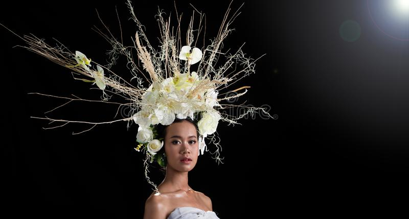 Wianek kwiatu tło w Różanym kobieta azjacie obraz royalty free