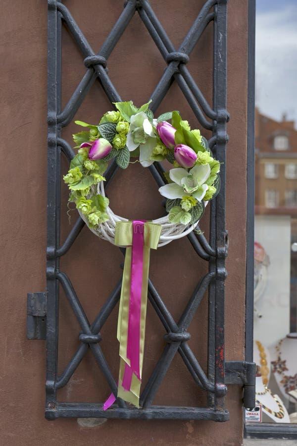 Wianek kwiaty z faborkami na drzwi w kawiarni w Warszawa, Polska zdjęcie stock