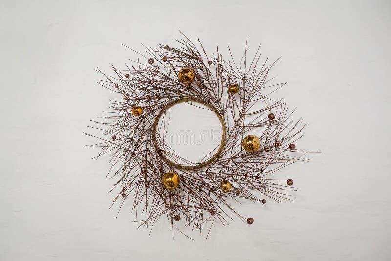 Wianek suche gałąź drzewo dekorował z piłkami zdjęcia stock