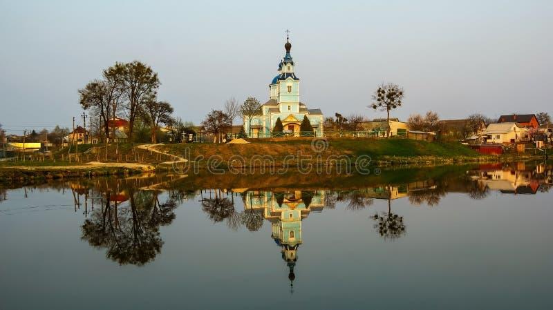 wiara, religia, krzyże, wioska, jezioro, krajobraz, natura obraz royalty free