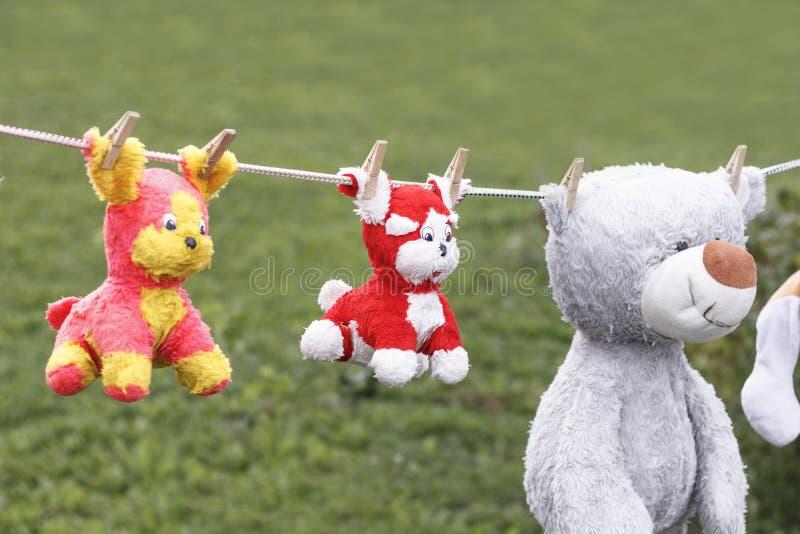 ?wiat?o dzienne na clothesline wiszącej miękkiej części children&-x27; s zabawki załatwiają z clothespin zdjęcia royalty free