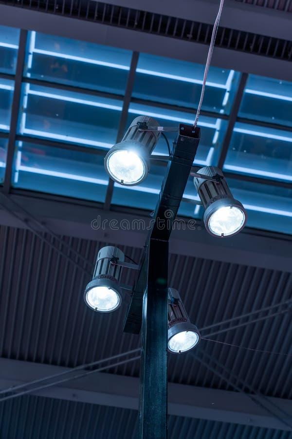 ?wiat?a reflektor?w na theatre scenie fotografia stock