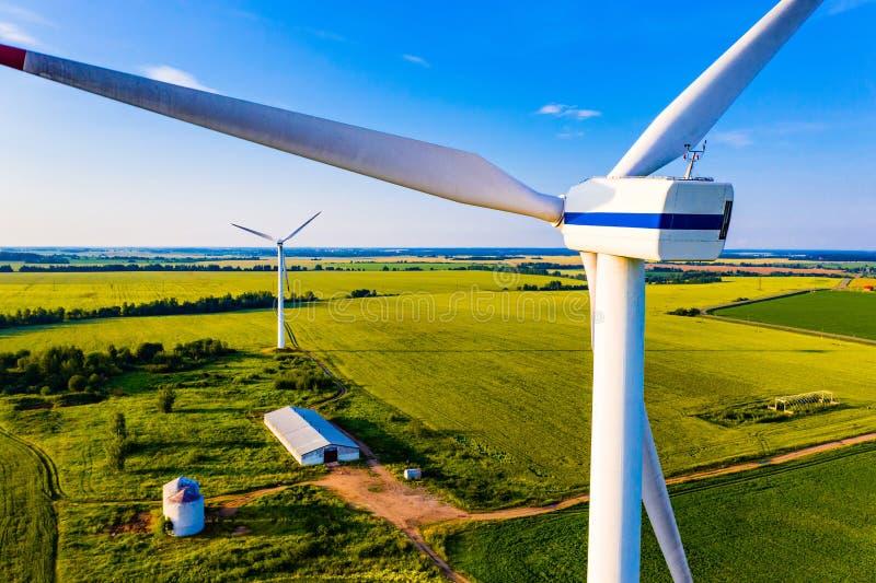 wiatr si? blisko turbiny Energetyczny pokolenie w wsi, widok z lotu ptaka Lato sezon obrazy royalty free