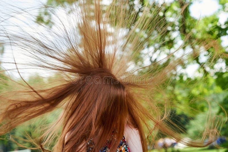 Wiatr trzepocze młoda dziewczyna włosy D?ugie w?osy t?o obraz stock