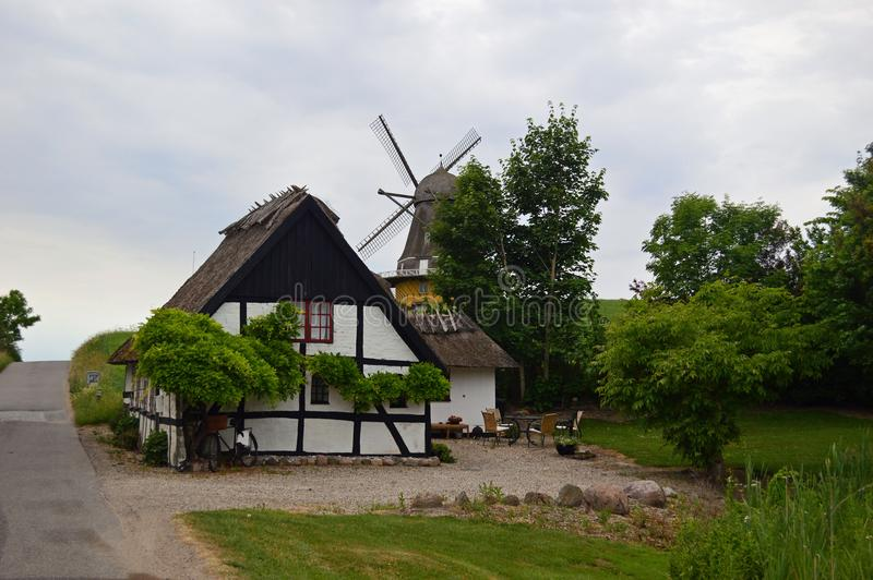 Wiatraczek i dom wiejski w wsi w Północnym Zealand, Dani zdjęcia royalty free