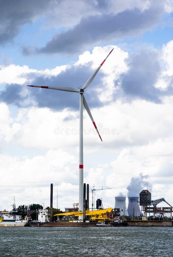 Wiatraczek i węglowa elektrownia portem Antwerp zdjęcie royalty free