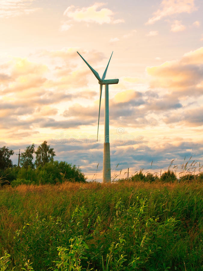 Wiatraczek na wiejskim polu w zmierzchu alternatywne źródła energii, turbiny farmy wiatr zdjęcia stock