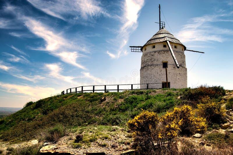 Wiatraczek na wzgórzu w Hiszpania Teruel, fotografia royalty free