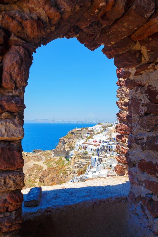 Wiatraczek przez starego kamiennego okno w Santorini wyspie, Grecja obrazy stock