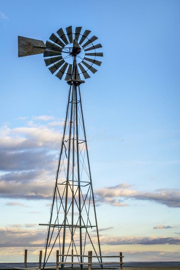 Wiatraczek w Kolorado prerii obraz royalty free