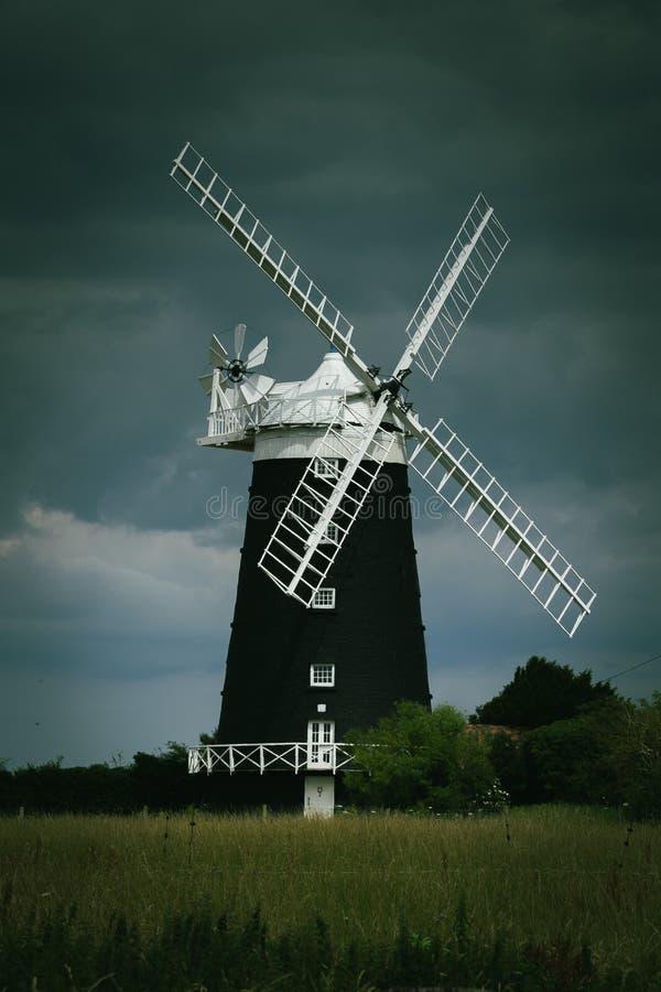 Wiatraczek z groźnymi niebami, obrzeża Norwich obraz royalty free