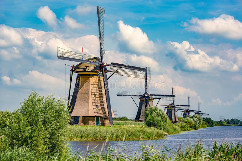 Wiatraczki i wodny kanał w Kinderdijk, holandie zdjęcie stock