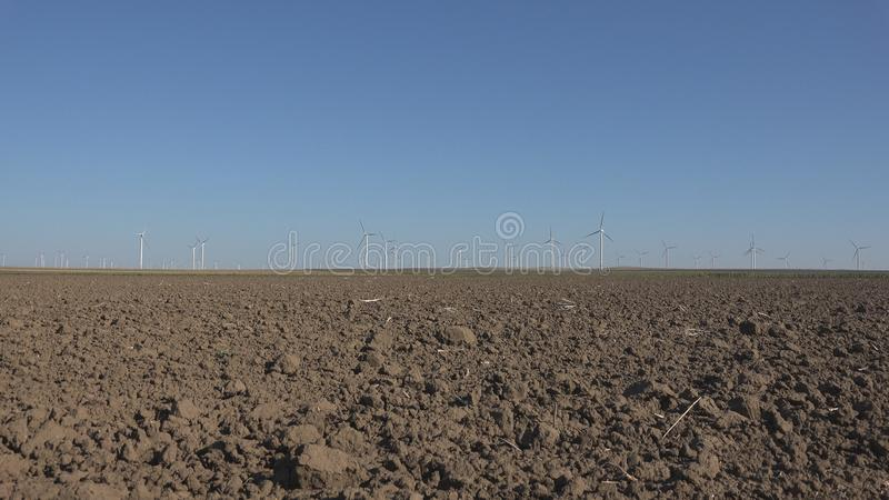 Wiatraczki, silniki wiatrowi, rolnictwa pszenicznego pola generatorowa w?adza, elektryczno?? zdjęcie royalty free