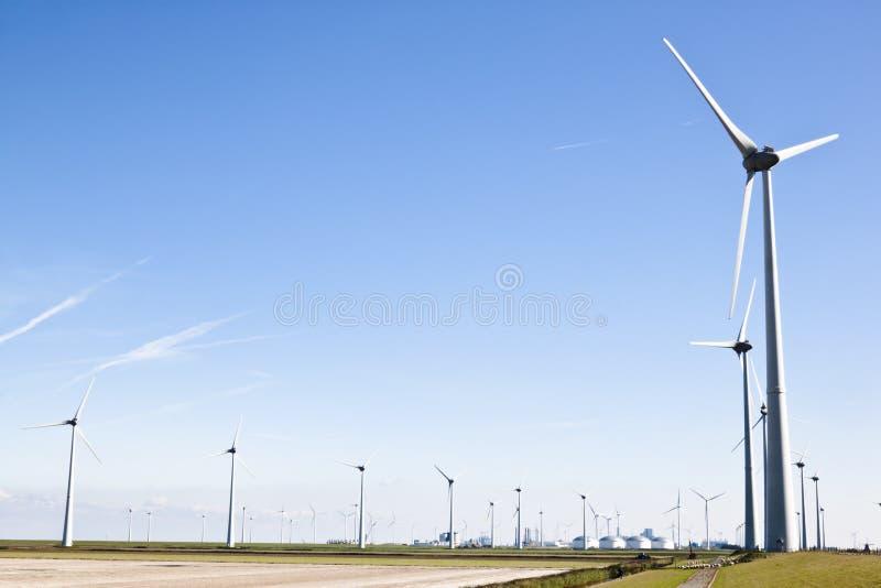 Wiatraczki w Groninger przemysłowym krajobrazie, Holandia zdjęcie royalty free
