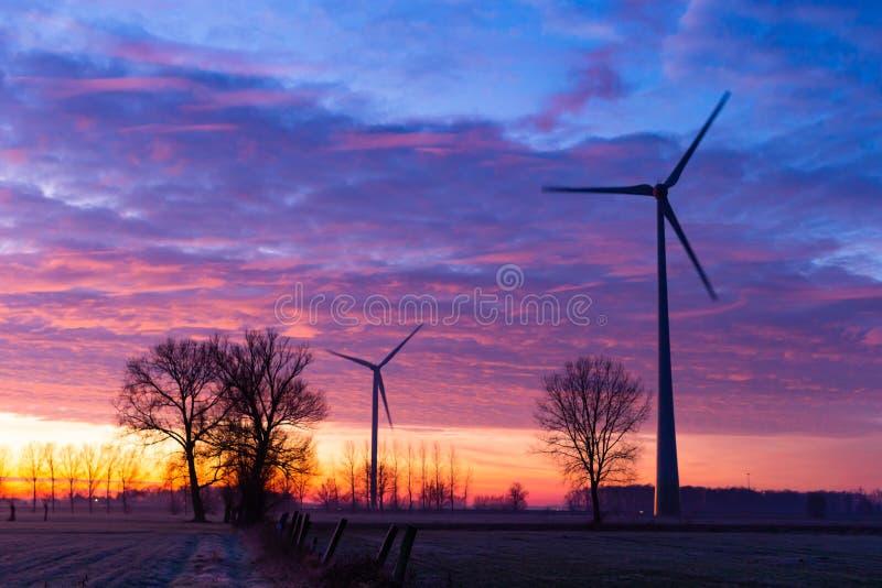 2 wiatraków na wschód słońca fotografia royalty free