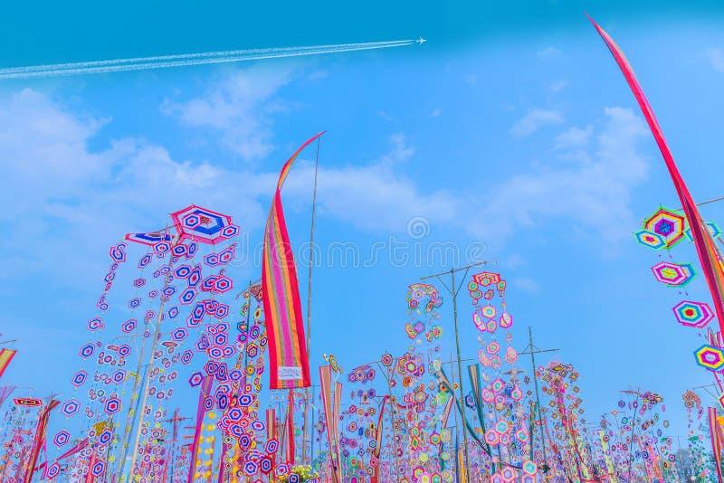 Wiatrowe podmuchowe kolorowe flagi z niebieskiego nieba tłem Tradycja zasługa w Tajlandia, własność publiczna obrazy royalty free