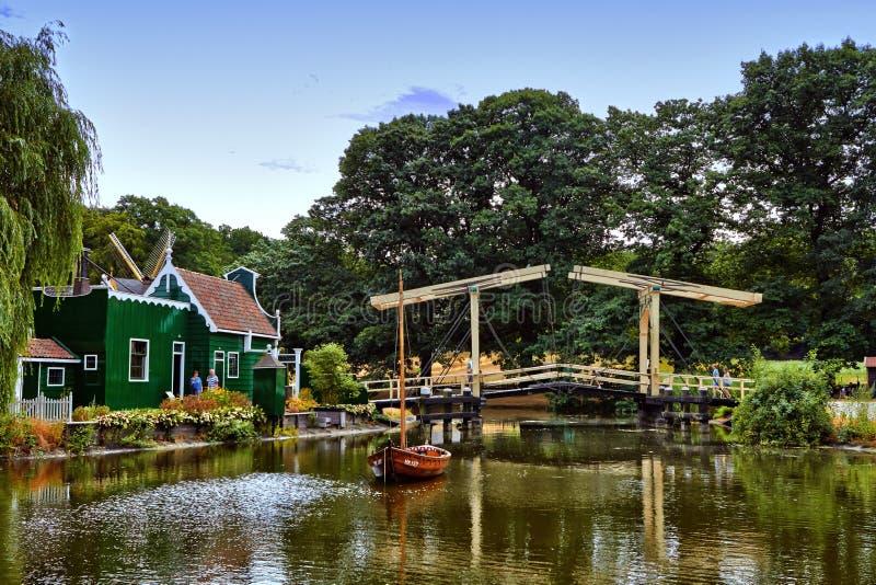 Wiatrowi m?yny blisko do jeziora przy Arnhem zdjęcia royalty free