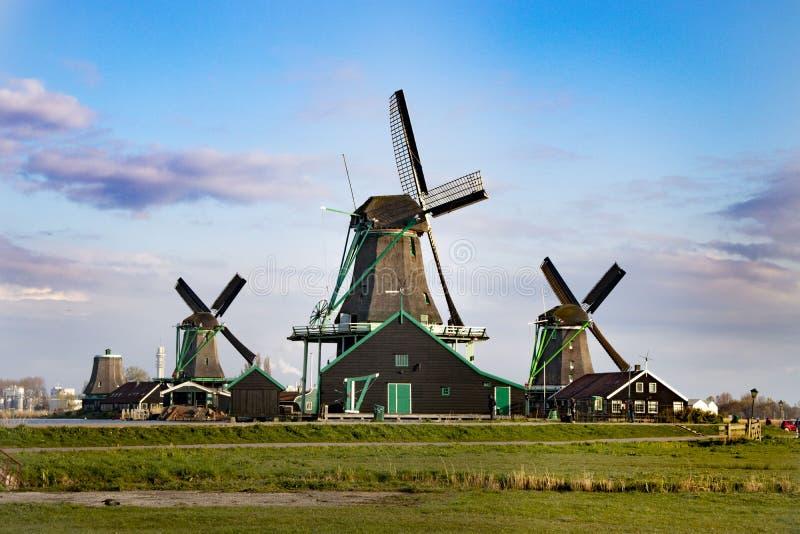 Wiatrowi m?yny w holandiach zdjęcie stock