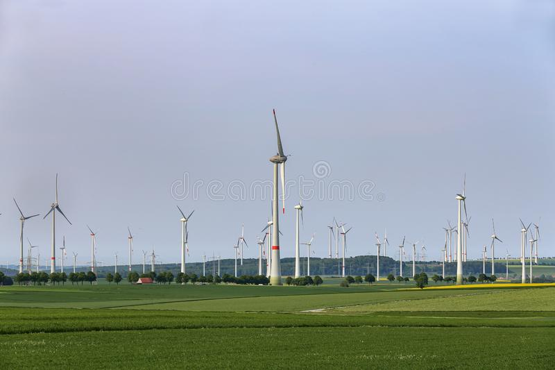 Wiatrowi silniki w polach w Niemcy fotografia royalty free