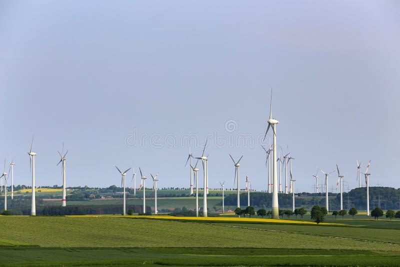 Wiatrowi silniki w polach w Niemcy fotografia stock