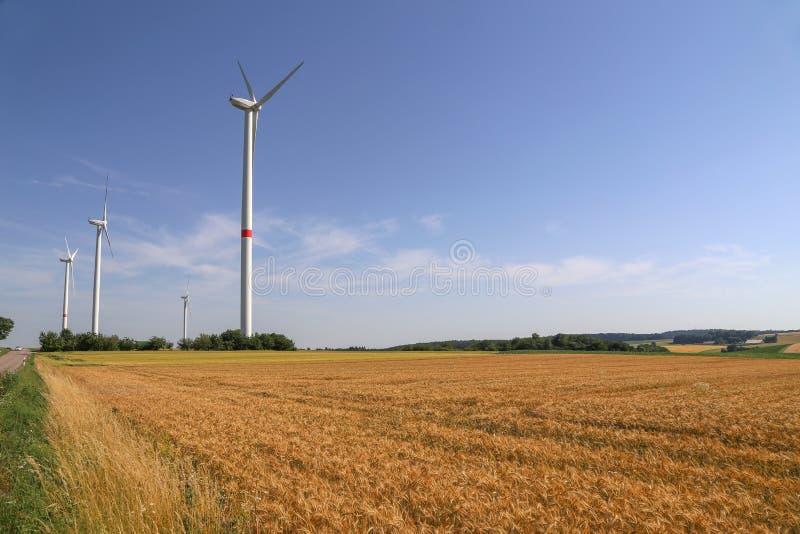 Wiatrowi silniki w polach w Niemcy zdjęcia stock