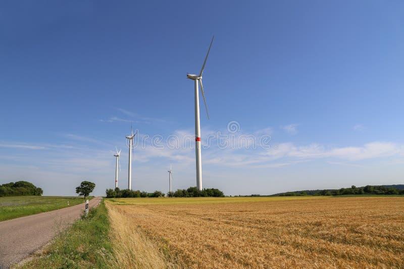 Wiatrowi silniki w polach w Niemcy obrazy stock