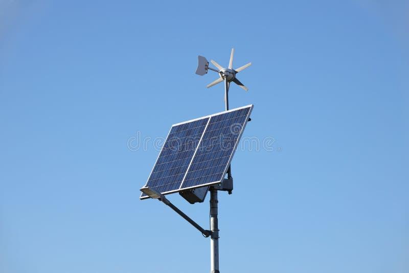 Wiatrowy generator i panel słoneczny na niebieskim niebie komórki fotowoltaiczne Metoda uzyskiwać alternatywną energię Ecological fotografia royalty free