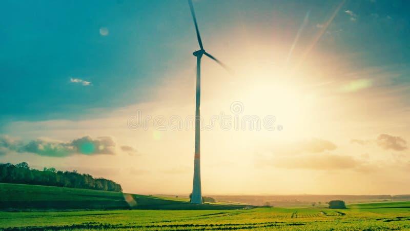 Wiatrowy generator w ruchu na tle lata słońce zdjęcia royalty free