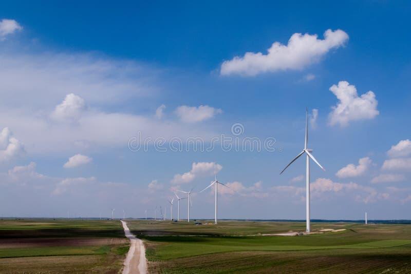 Wiatrowy gospodarstwo rolne, widok z lotu ptaka z jaskrawym błękitnym chmurnym niebem podtrzymywalny obrazy royalty free