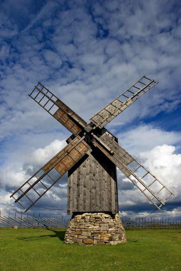 Wiatrowy młyn w wyspie Saaremaa, Estonia obraz stock