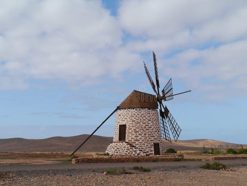 Wiatrowy młyn z sześć skrzydłami na Fuerteventura obraz royalty free