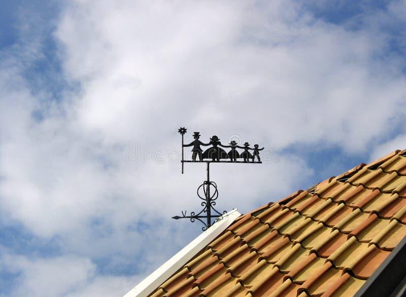 Wiatrowy vane z kominowym zakresem, matką i trzy dziećmi, obrazy stock