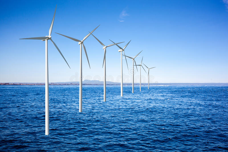 Wiatrowych generatorów turbina w morzu zdjęcie royalty free