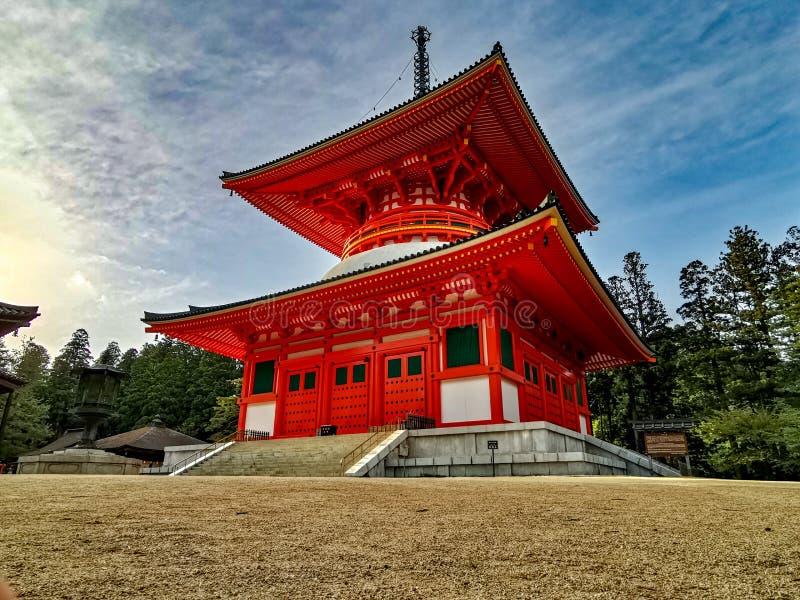 Wibrująca czerwona Konpon Daito pagoda w Unesco spisywał Danjo Garan shingon buddhism świątynnego kompleks w Koyasan, Wakayama, J zdjęcia stock