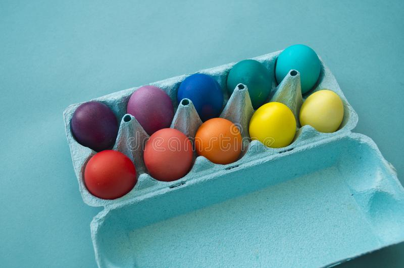 Wibrująca ręka farbujący kolorowi Wielkanocni jajka w kartonowym jajecznym pudełku przeglądać zdjęcie royalty free