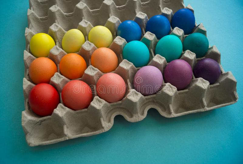 Wibrująca ręka farbujący kolorowi Wielkanocni jajka w kartonowym jajecznym pudełku przeglądać obrazy royalty free