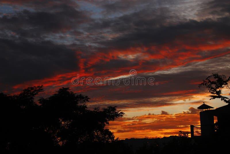 Wibrująca słońce setu chmura barwi w himalajach India obrazy royalty free