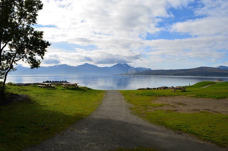 Wibrujący fjord i góry krajobraz w lecie zdjęcia stock